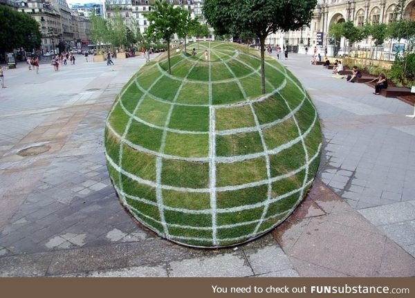 This globe illusion in Paris