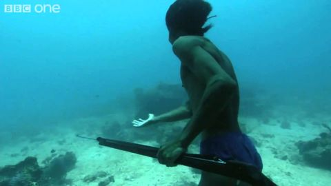 Super human holds breath, walks and hunts on ocean floor 20 meters deep for many minutes