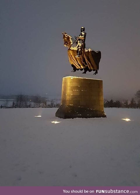 The statue of Robert the Bruce appears to be floating