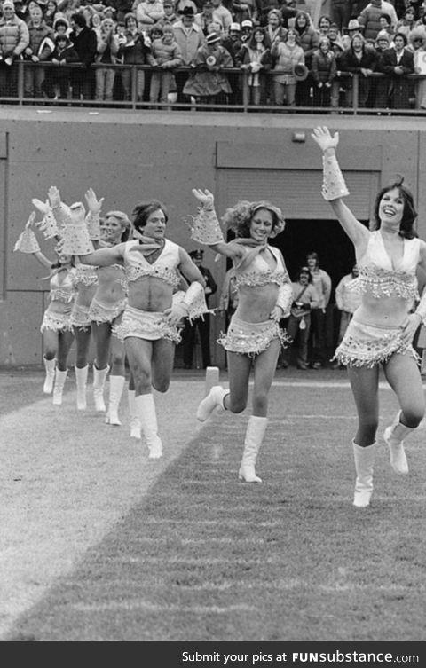 Robin williams joining the cheerleaders team 1980