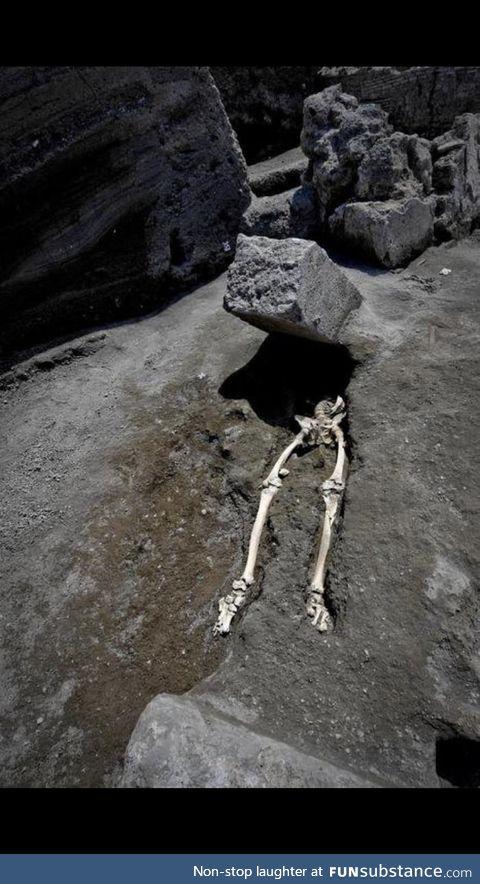 Skeleton found in Pompeii: Someone was running from the eruption when a 300kg hit him