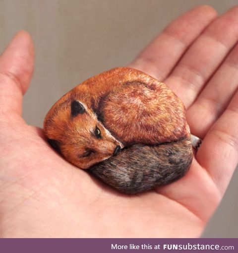 The artist Akie Nakata brings stones to life by painting them as animals, so realistic !
