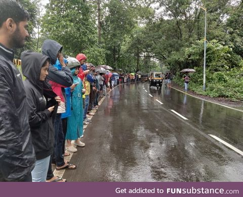 1500 people in Mumbai came out in rain to form a 3km long human chain to protest the