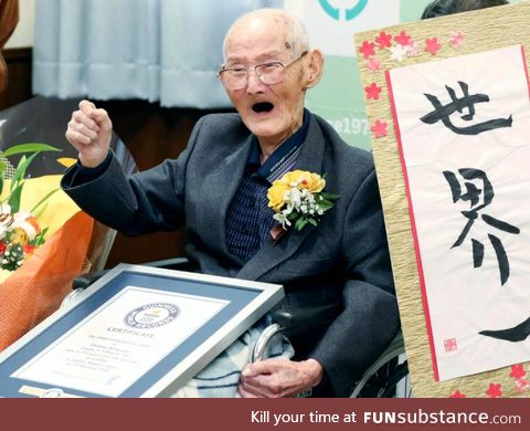 Chitetsu Watanabe with his award for the oldest living male (112)