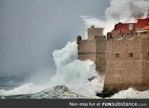 11m high wave hit Dubrovnik city walls yesterday