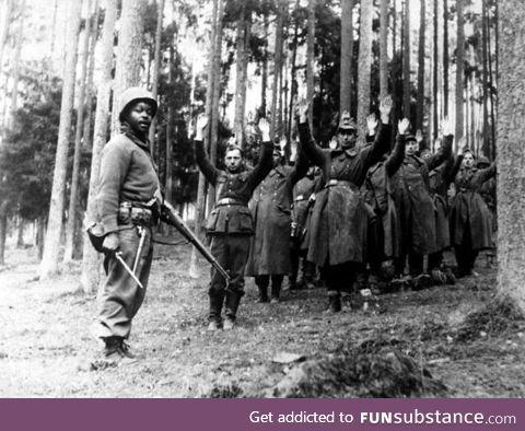 African American soldier captures Nazi prisoners
